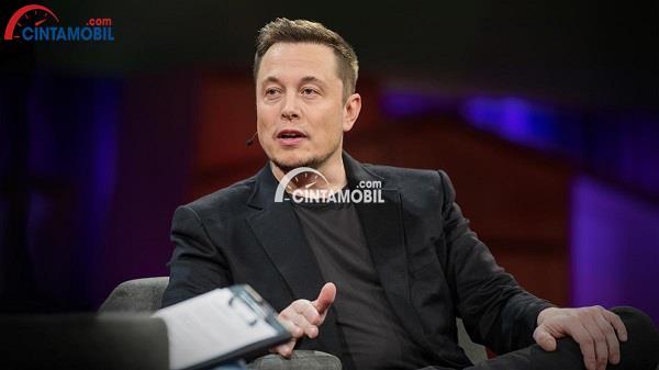 CEO Tesla, Elon Musk yang sedang berbicara dalam sebuah wawancara tentang perkembangan truk pick up