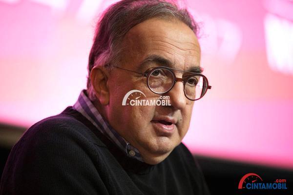 gambar seorang pria diperkenalkan sebagai CEO Ferrari, Sergio Marhionne sedang memakai baju berwarna hitam