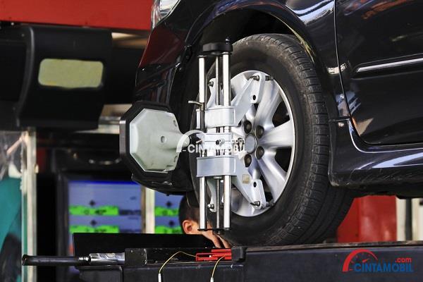 Alat yang digunakan untuk menjaga keseimbangan roda pada mobil