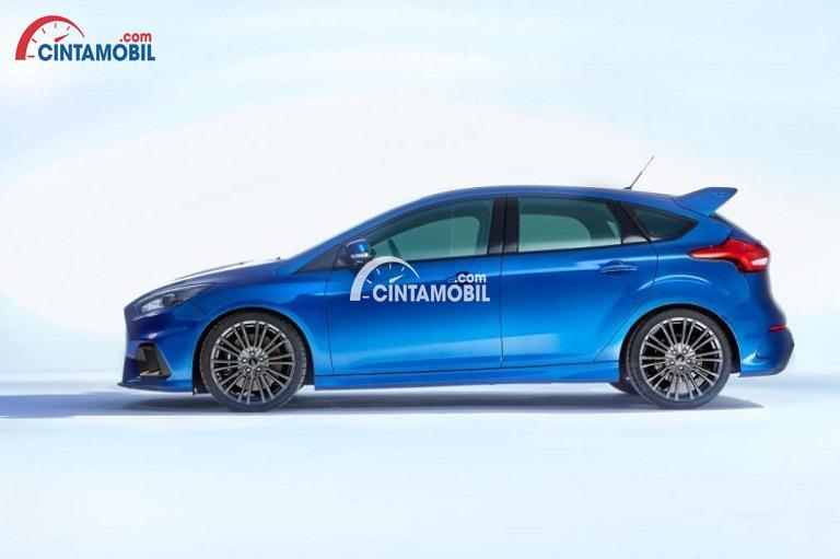 Gambar mobil Ford Focus 2017 berwarna biru dilihat dari sisi samping