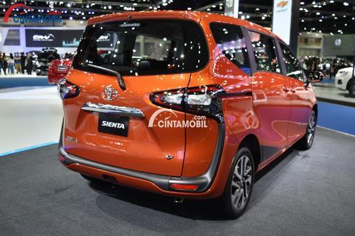 Bagian belakang mobil Toyota Sienta 201 dengan Penuh dengan Citarasa Sporty