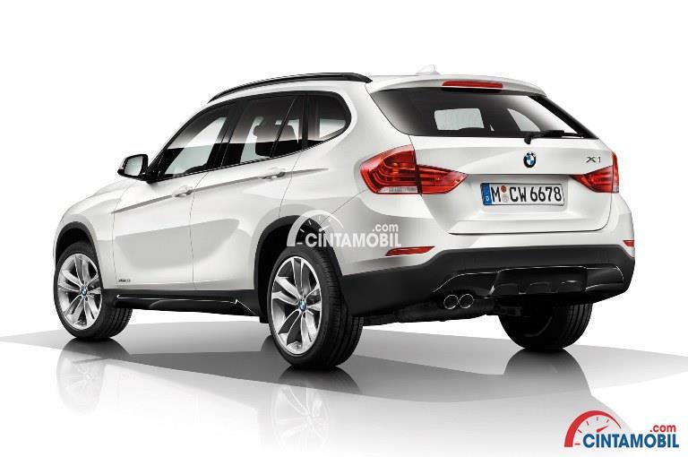 Gambar mobil BMW X1 2015 berwarna putih dilihat dari sisi belakang dan sisi ini masih terlihat sama seperti seri sebelumnya