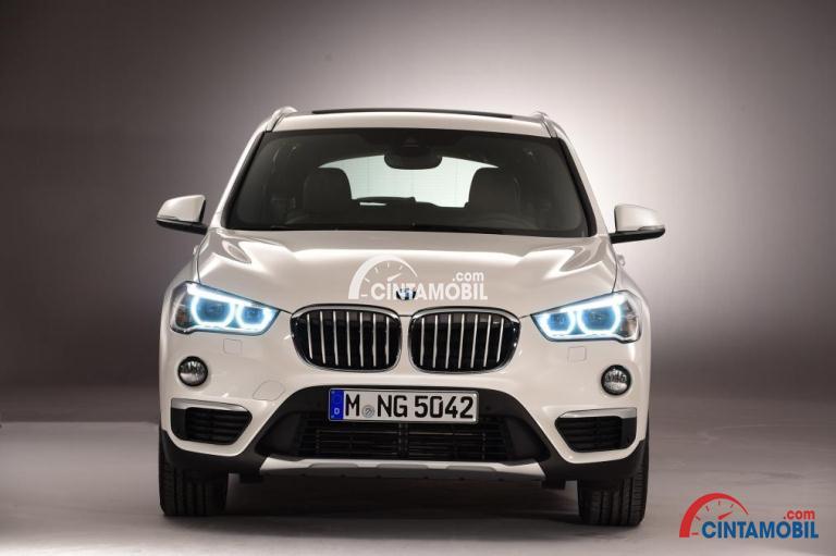 Gambar mobil BMW X1 2015 dengan bagian depan tak jauh berbeda dengan seri sebelumnya