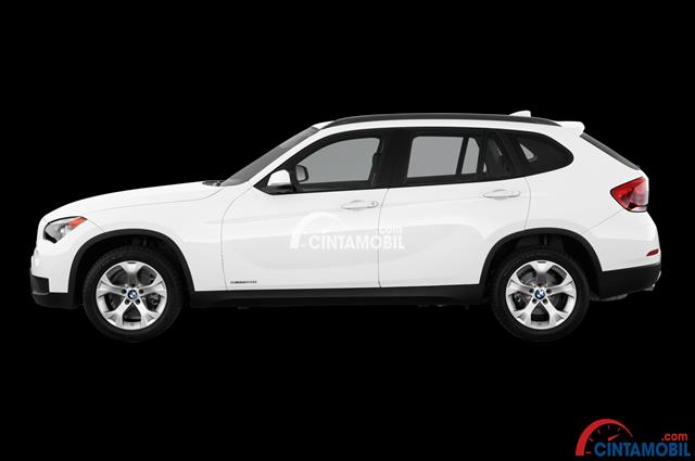 Gambar mobil BMW X1 2015 berwarna putih dengan bagian  Sisi ini terlihat begitu maskulin dan dinamis