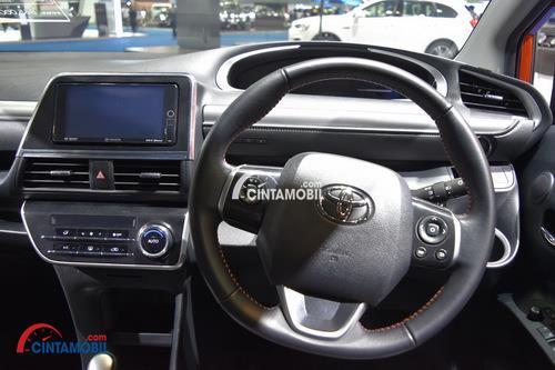 Gambar bagian setir mobil Toyota SIenta 2017 interior ini memakai warna utama yaitu hitam