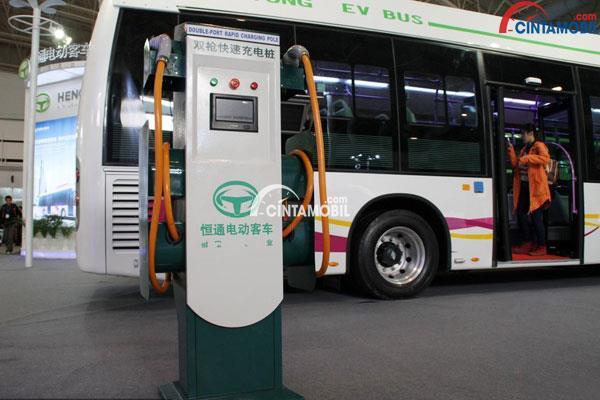 Stasiun pengisian daya mobil listrik yang sedang mengisi daya bus listrik di China