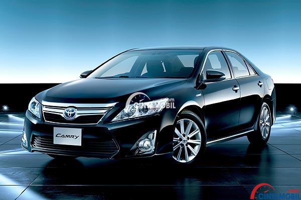 Toyota All New Camry berwarna hitam sedang diparkir