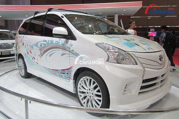 Toyota Avanza Luxury 2014 berwarna putih yang sedang dipertontonkan dalah sebuah pameran mobil