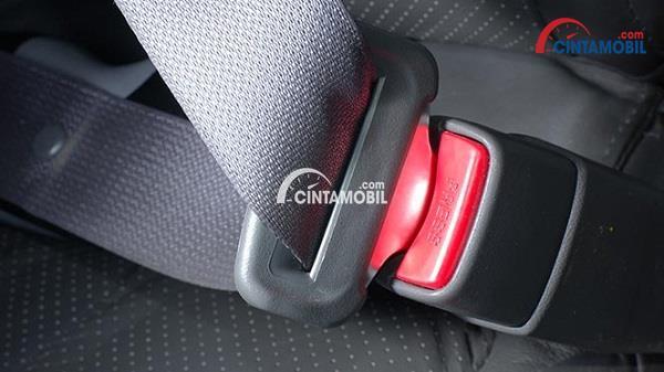 Gambar sabuk pengaman mobil yang mempunyai tombol 'release'