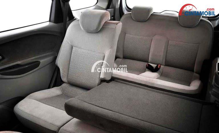gambar bagian kursi belakang mobil Chevrolet Spin 2013 berwarna abu-abu