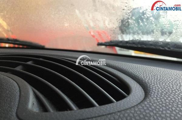 Gambar yang memperlihatkan aliran udara panas mengarah pada jendela mobil yang berkabut