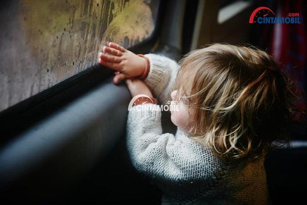 Membersihkan Jendela Berkabut Ketika Musim Hujan Tiba