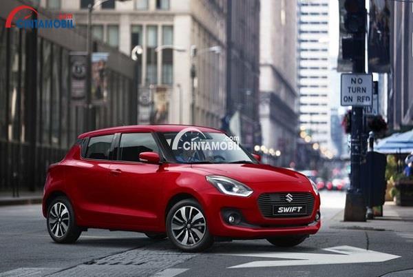Suzuki Swift 2018 berwarna merah dengan latar belakang jalanan