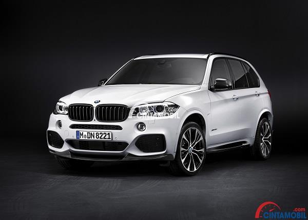 Mobil BMW X5 berwarna putih dengan latar belakang hitam polos