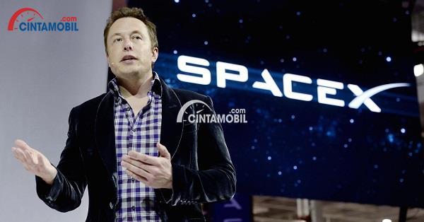 CEO Tesla, Elon Musk, ketika sedang memberikan pengarahan pada Space X