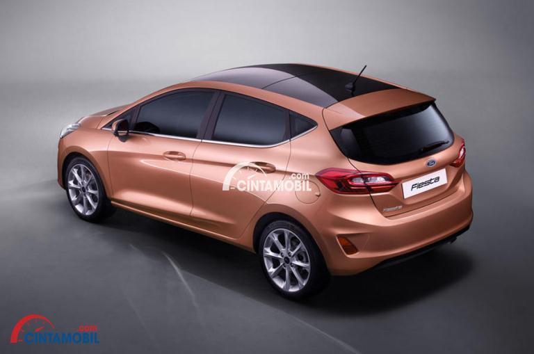 Gambar mobil Ford Fiesta 2017 berwarna coklat tua dilihat dari bagian belakang