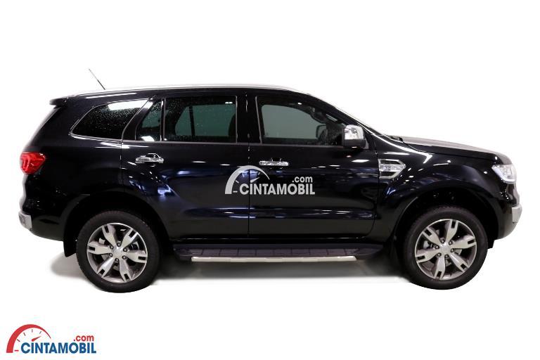 Gambar mobil Ford Everest 2017 berwarna hitam dilihat dari sisi samping