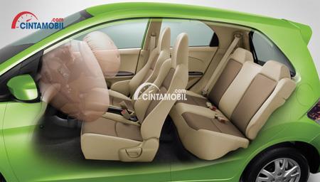 Gambar mobil Honda brio 2016 berwarna hijau dengan fitur airbags di kursi depan
