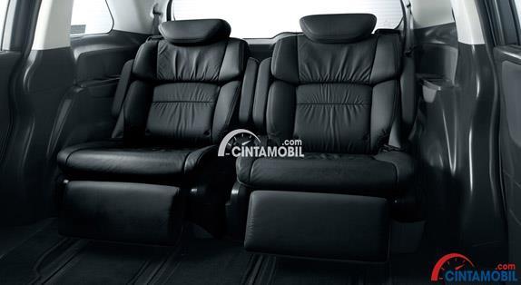 Premium Cradle Seat dalam sebuah mobil dengan kulitnya berwarna hitam