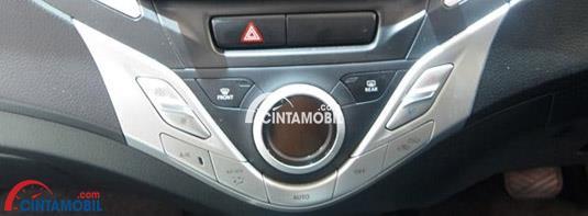 AC Heater Panel ada di dalam sebuah mobil