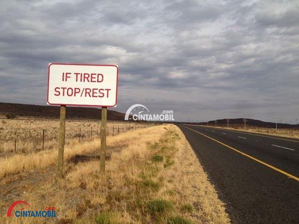 Gambar yang memperlihatkan palang yang menyuruh untuk beristirahat ketika lelah