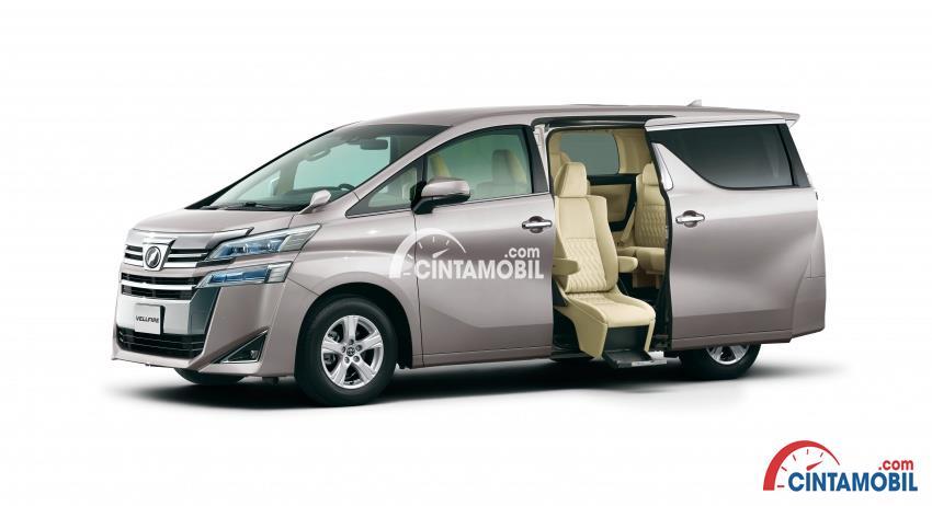 Gambar mobil Toyota Vellfire 2018 berwarna silver dengan pintu dibuka dan bisa lihat kursi berwarna kream di dalamnya