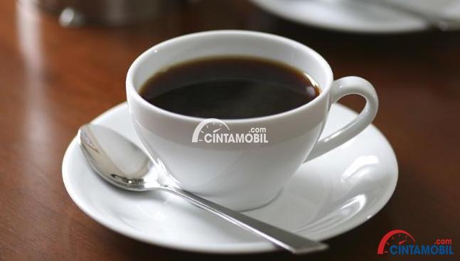 gambar secangkir kopi dengan sendok disampingnya