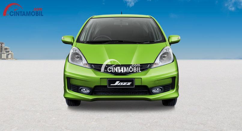 Gambar mobil Honda Jazz 2012 berwarna hijau dilihat dari bagian depan