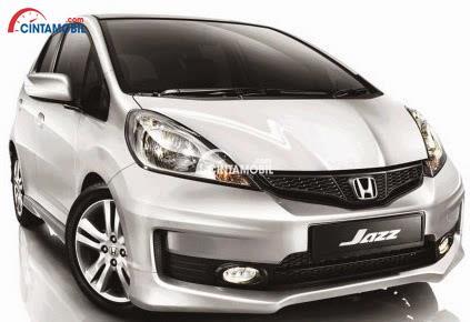 Gambar mobil Honda Jazz 2012 berwarna silver dilihat dari bagian depan