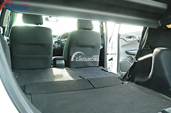 Gambar ruang bagasi mobil Honda Jazz 2012