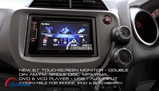 Gambar bagian dashboard mobil Honda Jazz 2013 dengan multi media pendukung