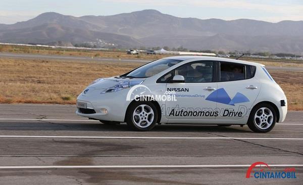 Mobil otonom Nissan Leaf berwarna putih yang sedang melakukan uji coba di jalanan kosong
