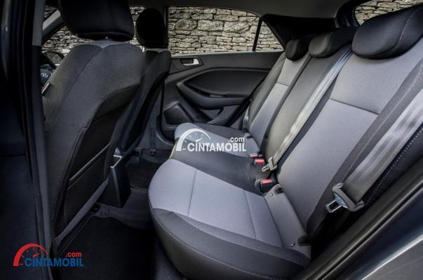 gambar bagian kursi belakang Hyundai i20 2017 berwarna abu-abu