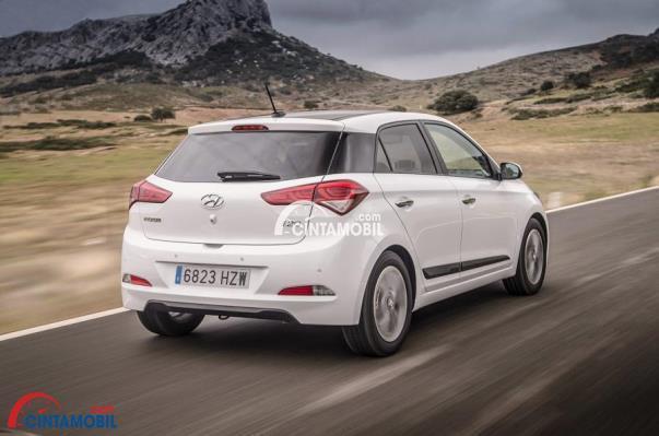 gambar Hyundai i20 berwarna putih dilihat dari belakang sedang berjalan di jalan