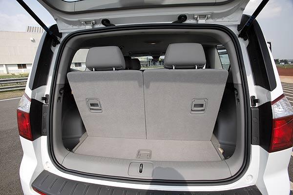 Gambar ruang kabin mobil Chevrolet Orlando 2012 dengan sebuah bagasi yang luas