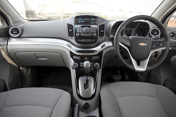 Gambar bagian dashboard mobil Chevrolet Orlando 2012 dengan warna tema yaitu abu-abu