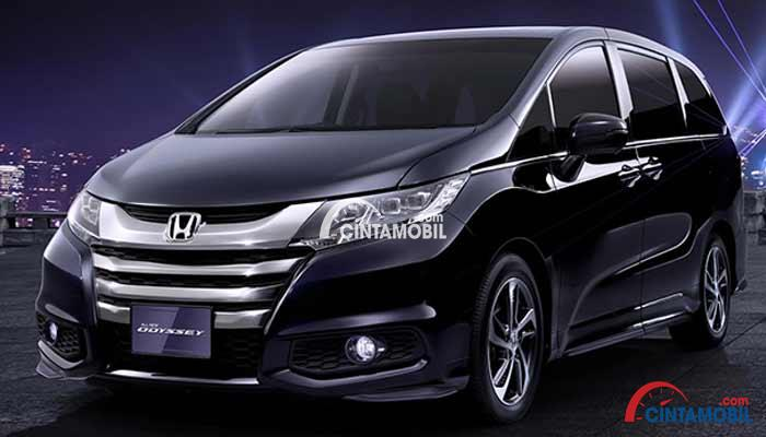 gambar keseluruhan Honda Odyssey 2016 berwarna ungu dilihat dari sisi depan