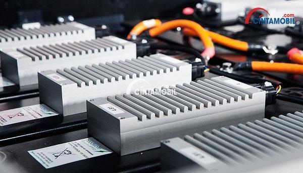 Baterai Lithium Ion berwarna putih yang sedang dipasang pada sebuah mobil