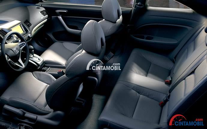 Gambar bagian kabin mobil Honda Civci 2008 dengan warna utama yaitu hitam