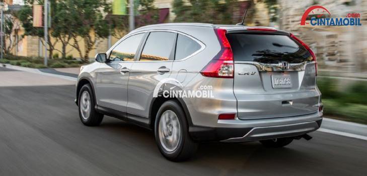 Gambar bagian belakang mobil Honda CR-V 2015 berwarna silver