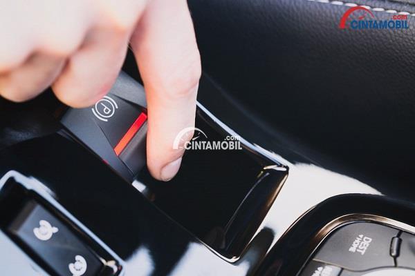 Rem tangan otomatis ada mobil dengan interior berwarna hitam