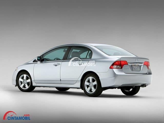 Gambar mobil Honda Civic 2010 berwarna silver dilihat dari sisi samping