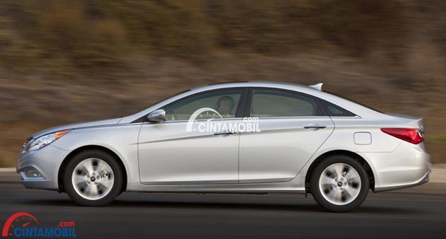 Gambar bagian samping Hyundai Sonata 2009 bewarna silver