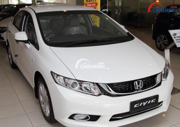 Gambar Honda Civic 2014 berwarna putih dilihat dari bagian depan
