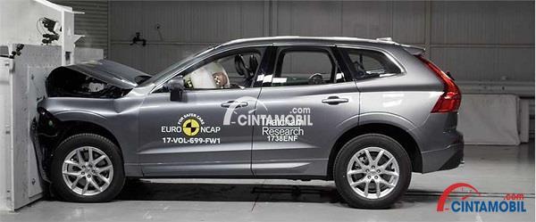Mobil Volvo XC60 yang sedang diuji coba oleh Euro NCAP