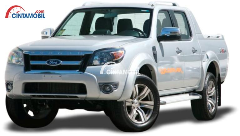 Gambar mobil Ford Ranger 2009 double cabin berwarna silver dilihat dari bagian depan