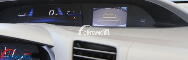 Gamabr Fitur rear parking sensor di mobil Honda Civic 2015 akan mempermudah pengendara mendapatkan posisi parkir terbaik