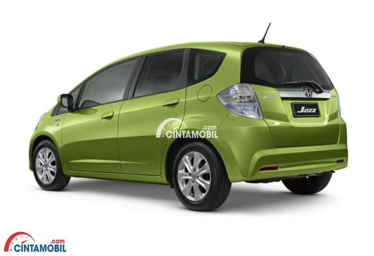 Gamabr mobil Honda Jazz 2013 berwarna hijau dilihat dari sisi belakang