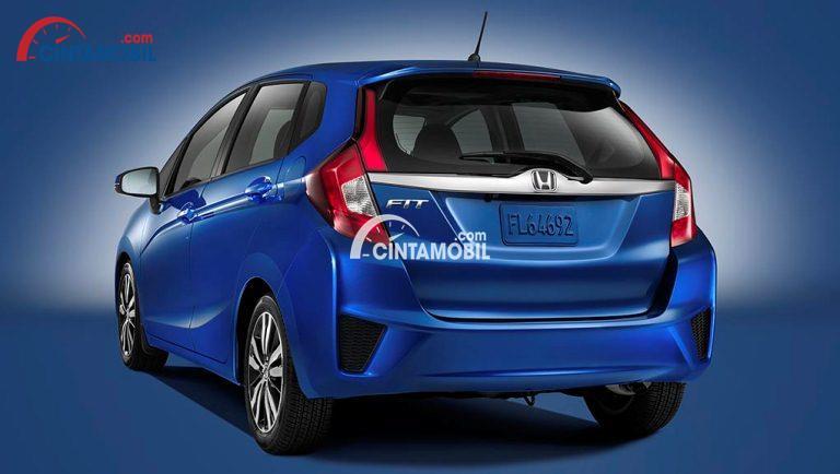 Gambar mobil Honda Fit 2017 berwarna biru dilihat dari bagian belakang