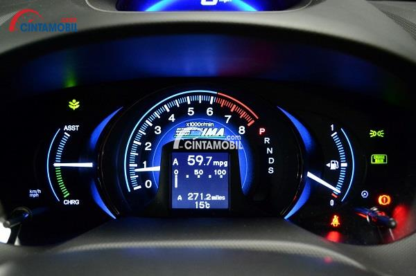 Gambar speedometer berwarna hitam dengan lampu berwarna biru pada bagian angka